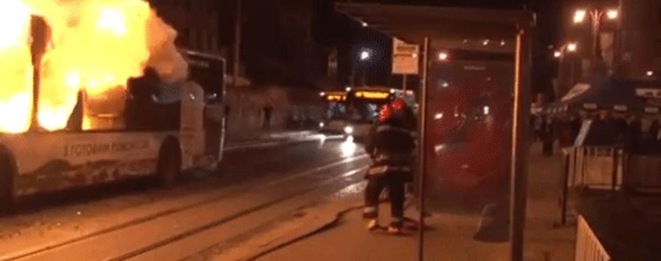 В центре Львова полностью сгорел автобус