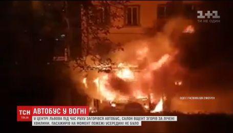 В центре Львова во время движения загорелся автобус