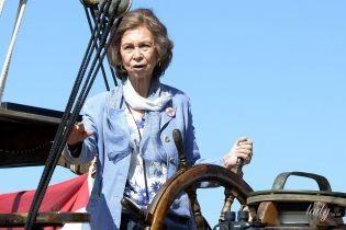В стильном наряде и с мусорным пакетом: королева София занялась очень важным делом