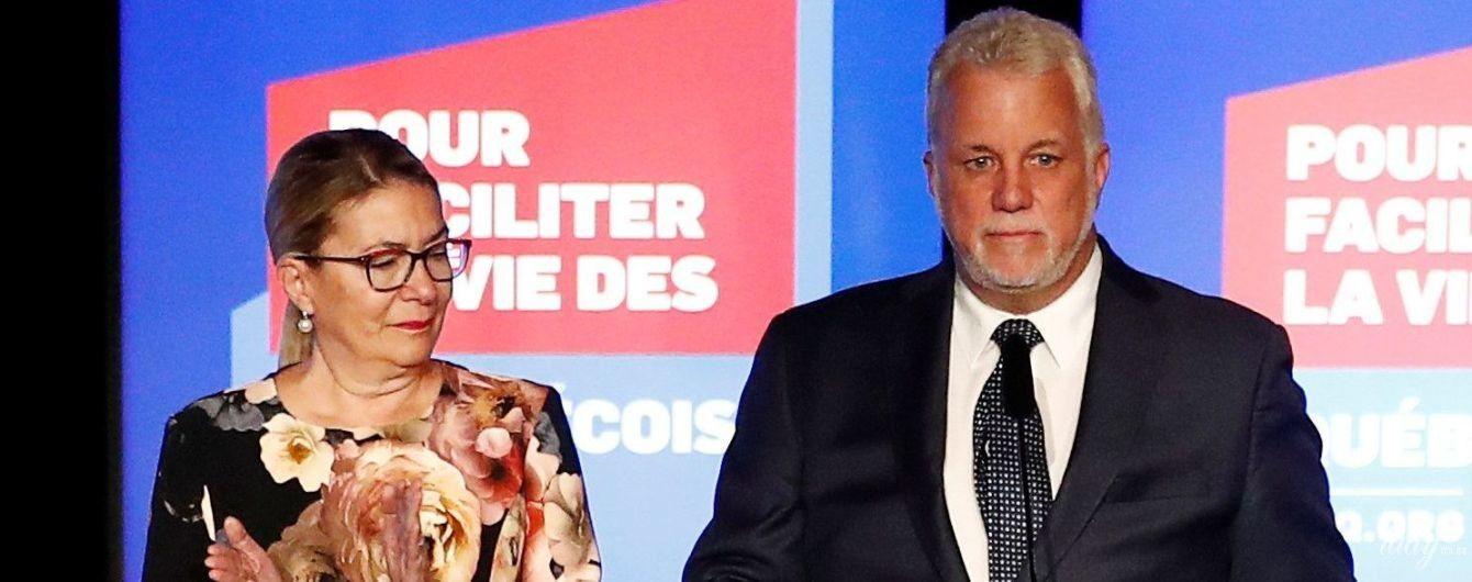 Жена премьер-министра Квебека надела платье с большими цветами на выступление мужа