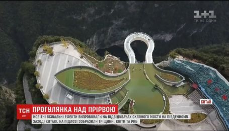 Прогулка над пропастью. Туристы на стеклянном мосту в Китае могут увидеть новейшие спецэффекты