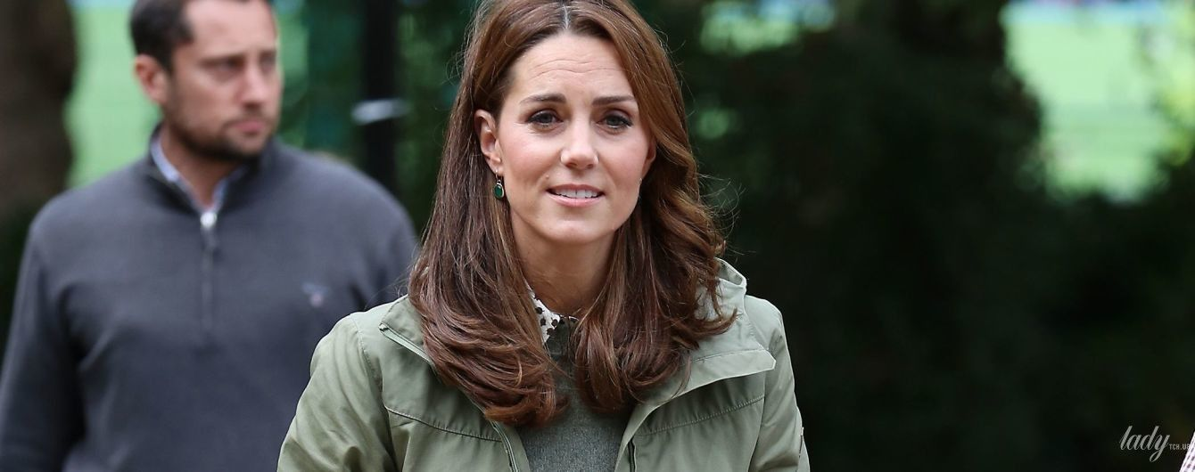 Знакомый образ: герцогиня Кембриджская для первого выхода после декрета выбрала скромный наряд