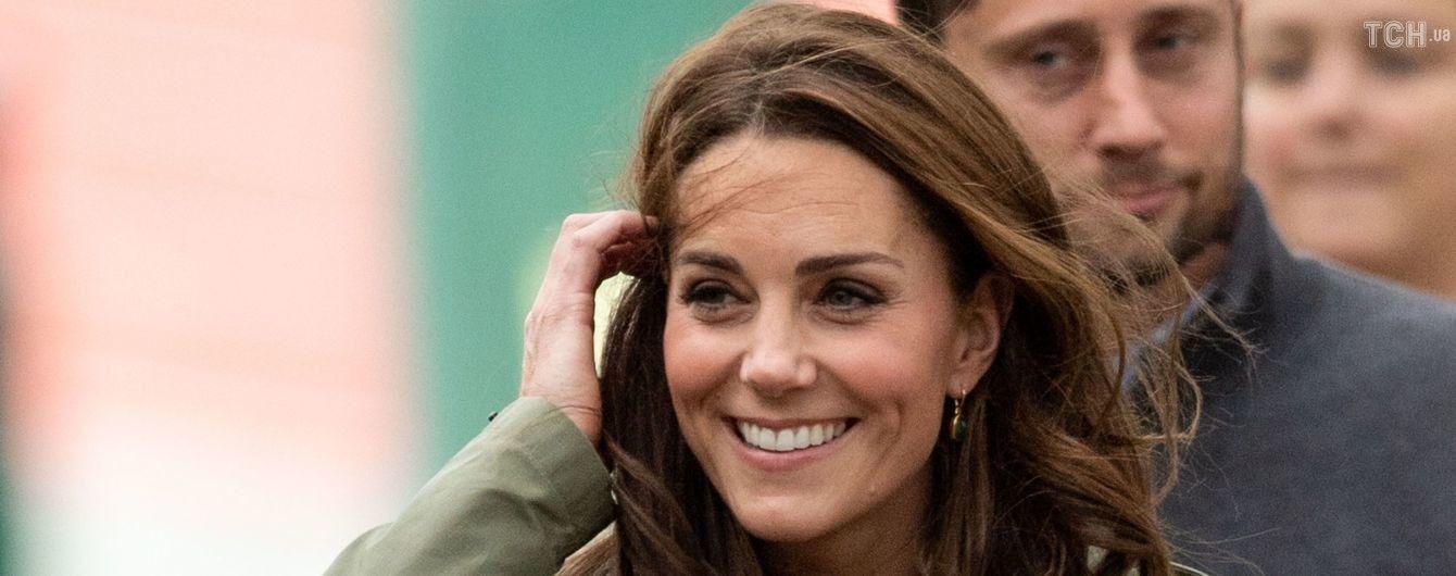 Улыбающаяся Кейт весело покаталась на качели-тарзанке