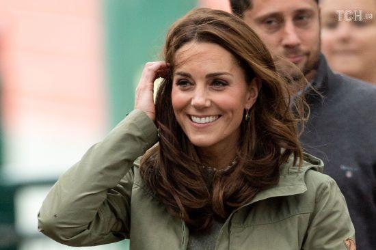 Усміхнена Кейт весело покаталася на гойдалці-тарзанці