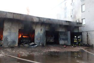 У Києві масштабна пожежа охопила ангар з автомобілями на СТО