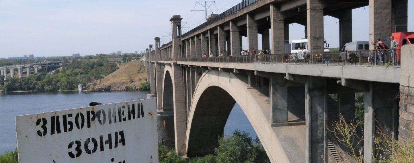 В Запорожье восьмиклассница на глазах у мужчины прыгнула с моста в Днепр