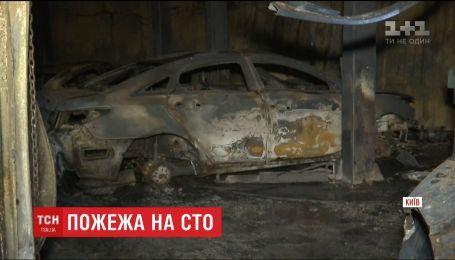 10 автомобилей сгорели дотла по время пожара на столичной СТО