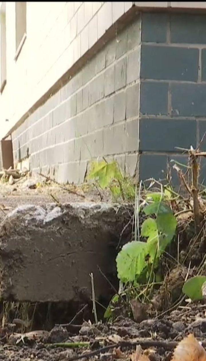 Жителі двоповерхівки бояться спати, бо їхня домівка сповзає у катакомбу