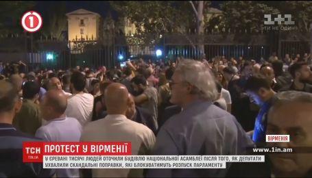 Десятки тысяч человек устроили ночной протест под парламентом в Еревани
