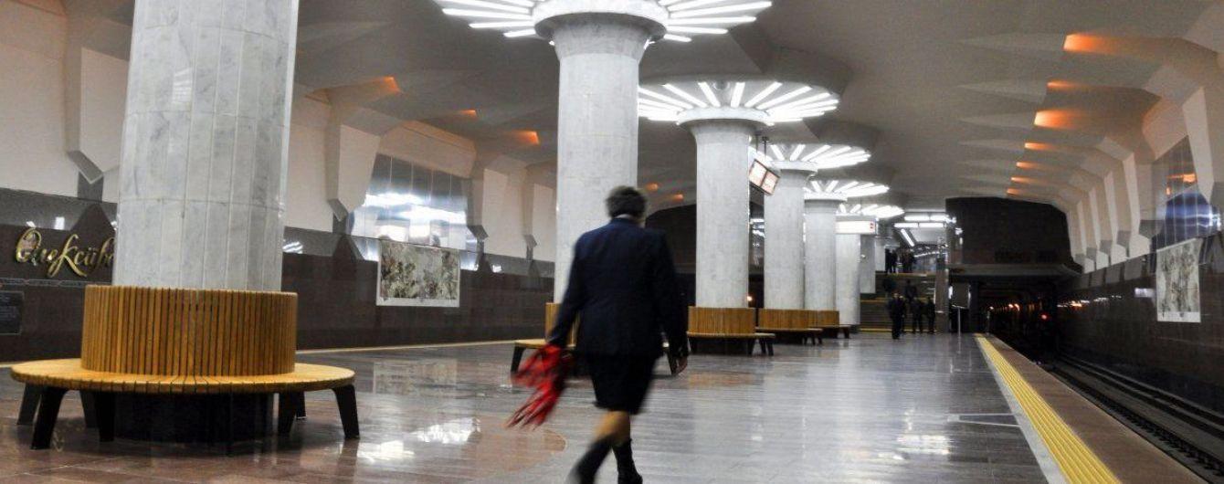 В Харькове мужчина прыгнул на рельсы метро