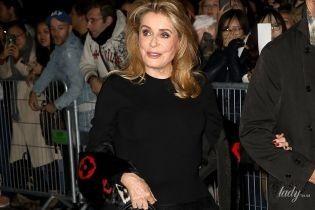 Выглядит блестяще: 74-летняя Катрин Денев посетила модное шоу в Париже