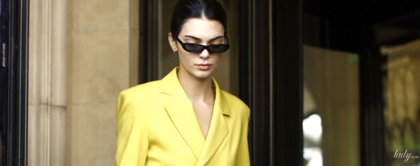 В сочном желтом костюме: стильная Кендалл Дженнер в объективах папарацци