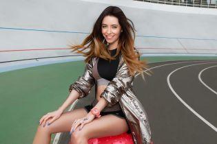 В коротких шортах и на фитболе: спортивная Надя Дорофеева позировала на велотреке