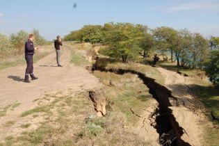 Земля треснула пополам. На побережье Одесской области произошел масштабный оползень