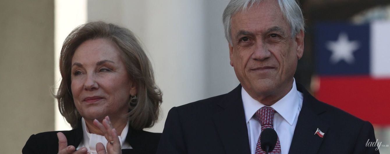 У чорному костюмі і молочній блузці: перша леді Чилі підтримала чоловіка на прес-конференції