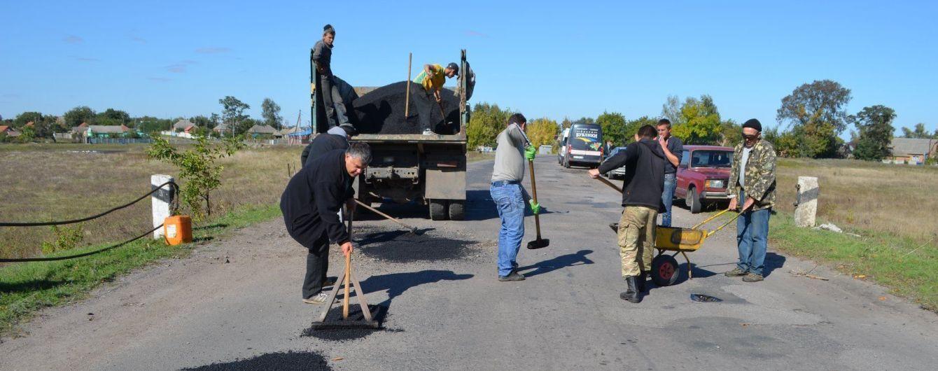 В Полтавской области крестьяне сами ремонтируют разбитую фурами дорогу