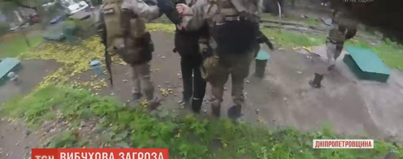"""На Дніпропетровщині спецпризначенці штурмували багатоповерхівку через п'яного """"підривника"""""""