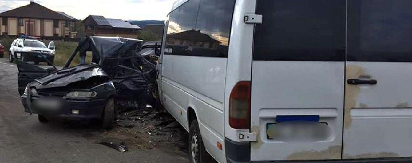На Прикарпатье легковушка влетела в маршрутку, водитель погиб
