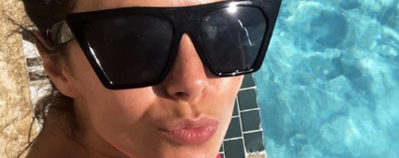 У рожевому бікіні і окулярах: Настя Каменських ніжиться біля басейну