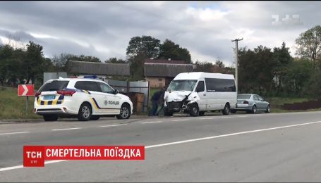 Одна людина загинула через зіткнення рейсового автобуса з легковиком на Прикарпатті