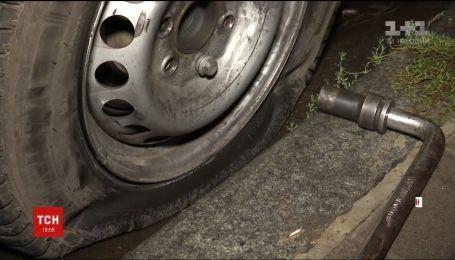 Поліція затримала понад тридцять молодиків, які порізали колеса на маршрутках у Сумах