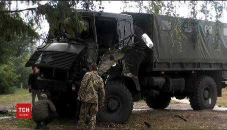 На Харьковщине армейский грузовик на скорости въехал в дерево