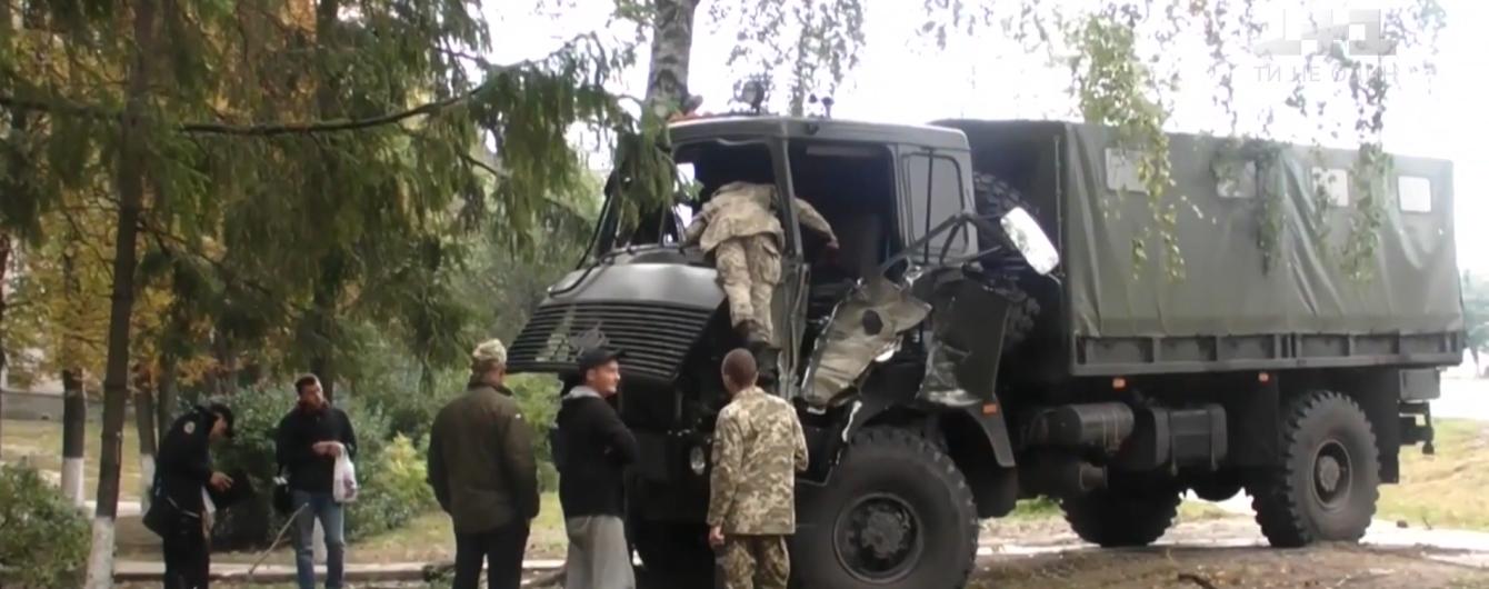 На Харківщині військова вантажівка на швидкості в'їхала в дерево, є травмований