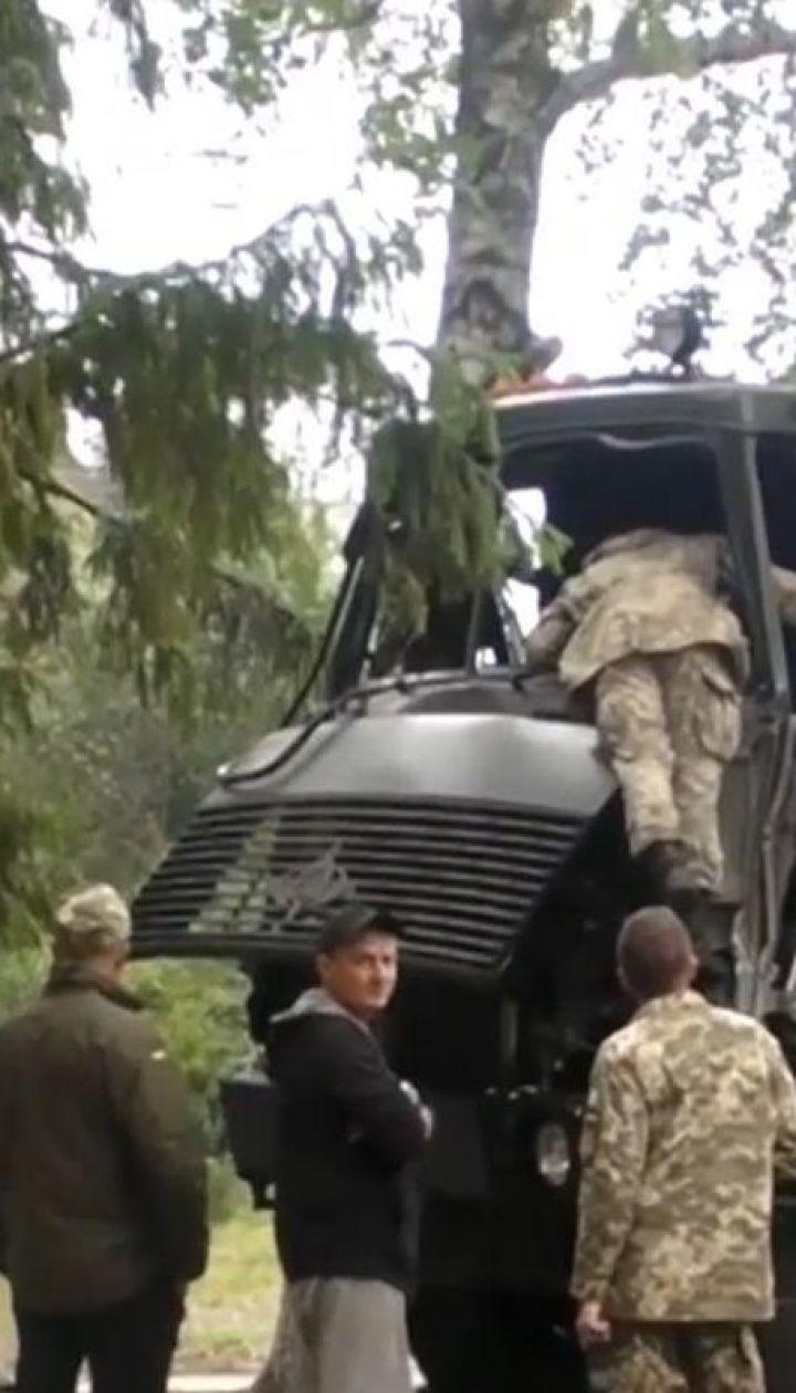 ДТП із військовими. В Ізюмі армійська вантажівка на швидкості в'їхала в дерево