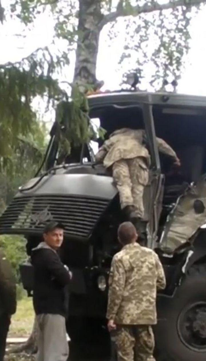 ДТП с военными. В Изюме армейский грузовик на скорости въехал в дерево