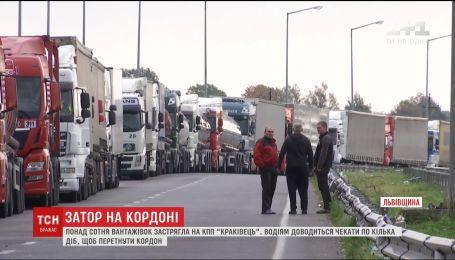 Майже півтори сотні вантажівок застрягли на українсько-польському кордоні