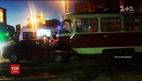 В Харькове автомобиль столкнулся с трамваем