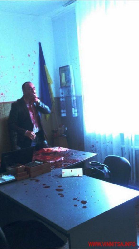 облили кров'ю міського голову на Вінниччині