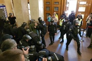 Полиция задержала 19 человек за нападение на депутата Киевсовета Гусовского