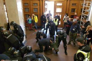 Всем задержанным за нападение на депутата Гусовского объявили подозрения