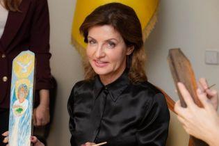 У шовковій блузці і спідниці-олівці кольору фуксії: Марина Порошенко підтримала волонтерський проект