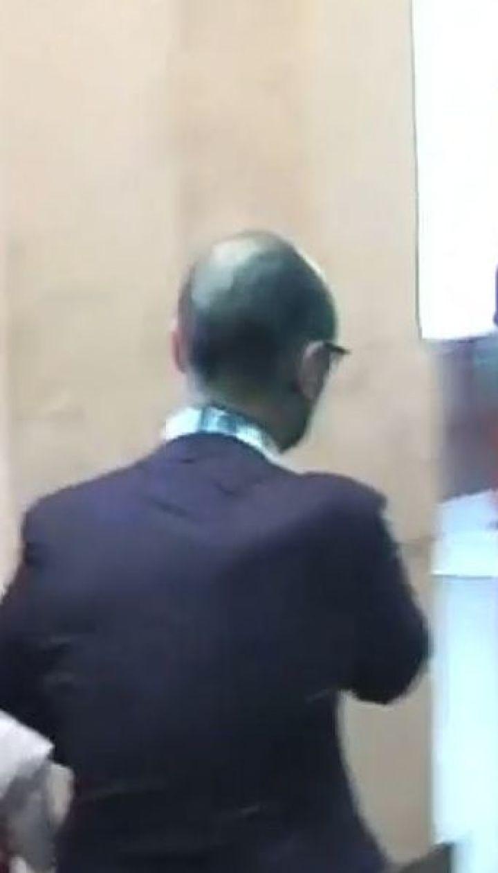 Депутат Гусовского облили зеленкой и забросали яйцами под зданием Киевсовета