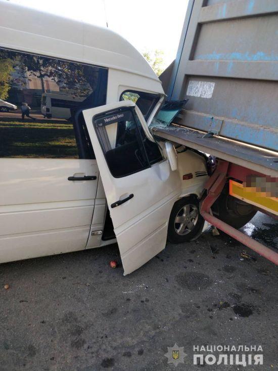 В Миколаєві маршрутка з пасажирами зіткнулася вантажівкою