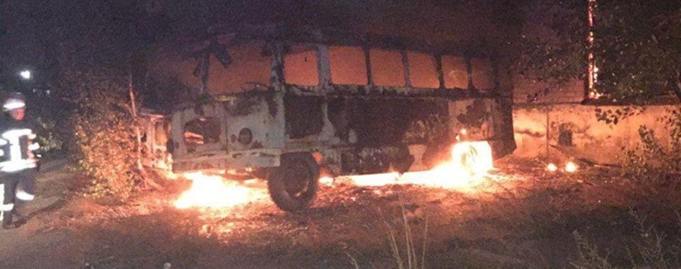 На столичній Дарниці біля заводу горіли три автобуси і вантажівка