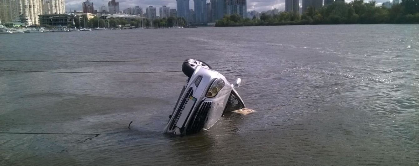 В Киеве в Днепр упал автомобиль, водитель погиб