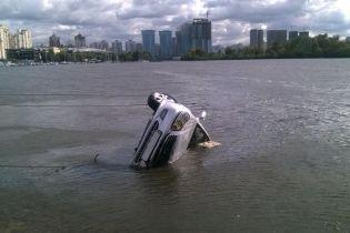 У Києві у Дніпро скотився автомобіль, водій загинув