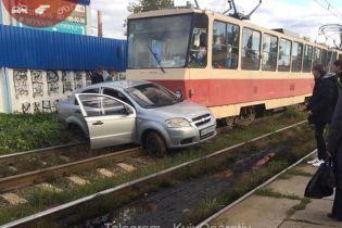 У Києві трамвай на високій швидкості протаранив автомобіль