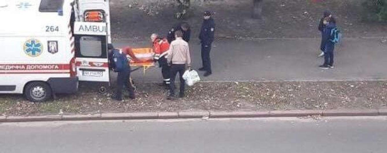 У Києві дівчина випала з вікна