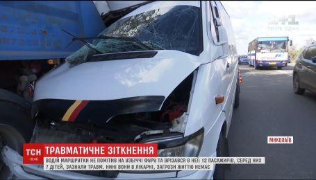 У Миколаєві 12 пасажирів постраждали внаслідок зіткнення маршрутки з вантажівкою