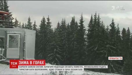 Спасатели советуют туристам быть осторожными в заснеженных Карпатах