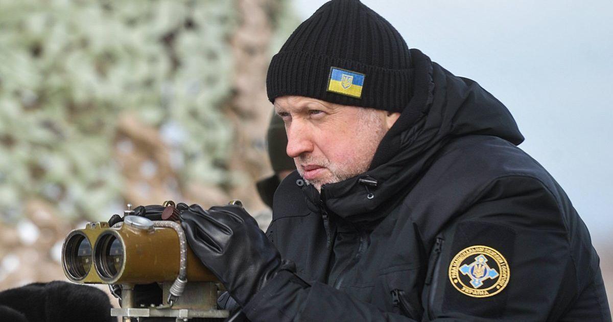 """Турчинов запевнив, що РНБО оперативно розгляне санкції проти засновників телеканалів """"112"""" та NewsОne"""