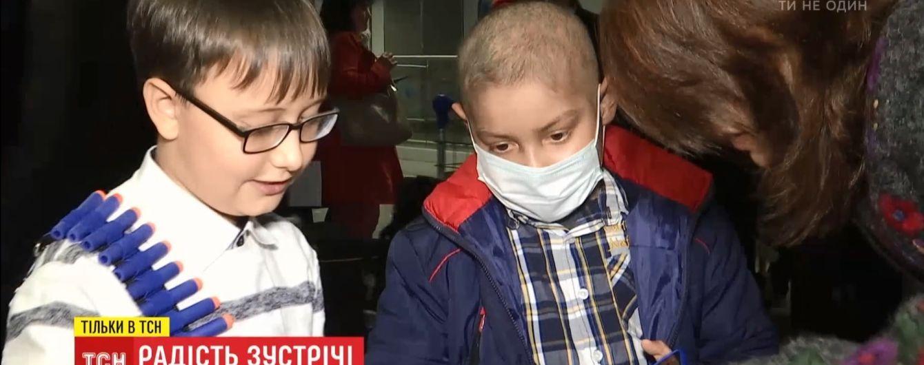 Спасенный сверстником Никита вернулся в Украину после тяжелой операции за рубежом