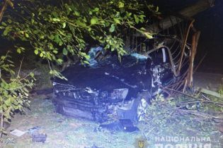 На Львовщине легковушка протаранила столб: погибли двое людей