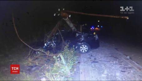 На Львівщині водій легковика не впорався з керуванням та врізався в електроопору, є загиблі