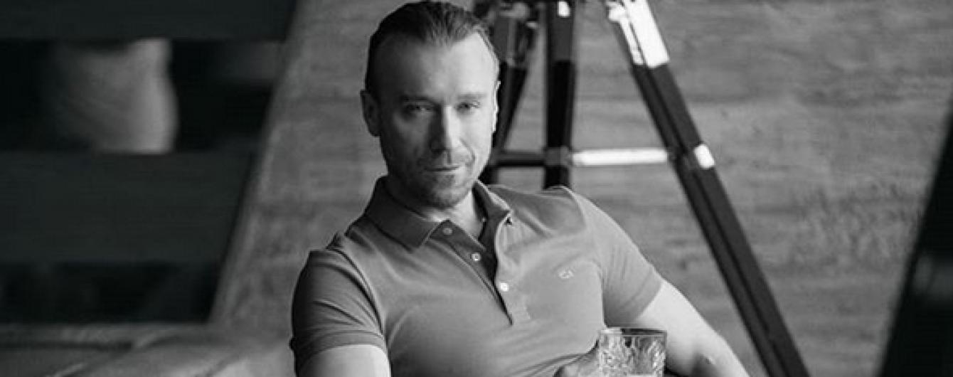 Загадочный и со стаканом: Олег Винник поделился новыми снимками