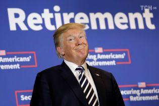 """""""Метафора президенства"""": юзери тролять Трампа, який поважно сів у літак з туалетним папером на взутті"""